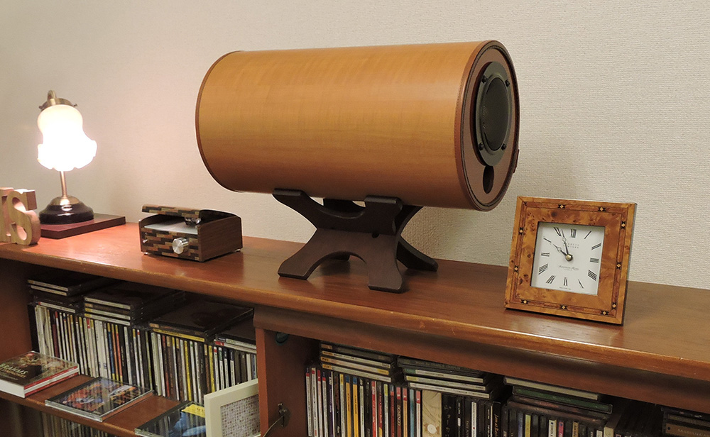 波動スピーカーが部屋の中に置かれている写真